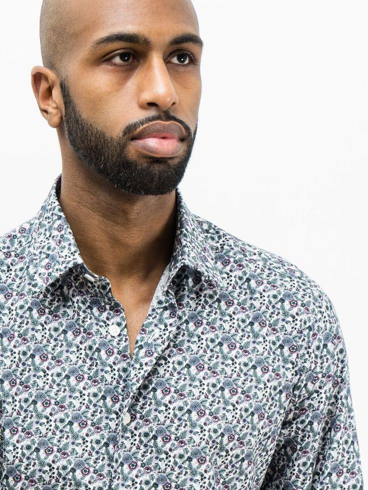 SOLOiO Camisa de algodón estampado semi-entallada con diseño de flores azules de carácter vintage. Cuello normal y puño con cierre de botón.  www.soloio.com  #shoponline #SOLOiO #menswear #menfashion #menstyle #menshirt #italiancolar  #lightblue #blue #white #camicia #madeinitaly #camiciaitaliana