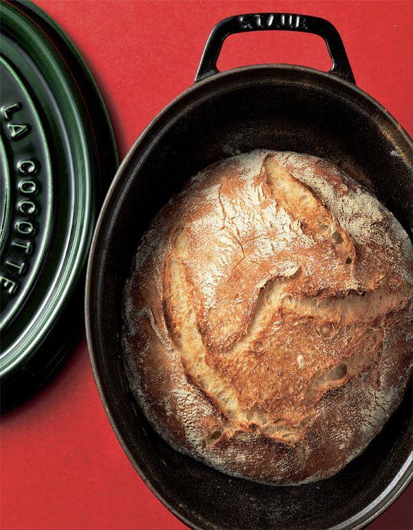 Zugegeben, man braucht Zeit respektive Geduld für diese Art von Zubereitung für das Cocotte-Brot. Aber kein anderes Rezept nutzt den Gusseisentopf so intensiv wie diese ungewöhnliche Art des Brotbackens.