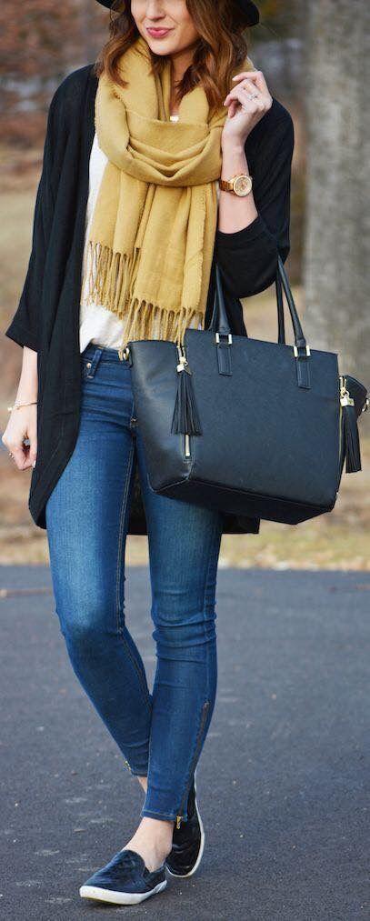 Blusa preta, tshirt branca, calça jeans azul, pashmina