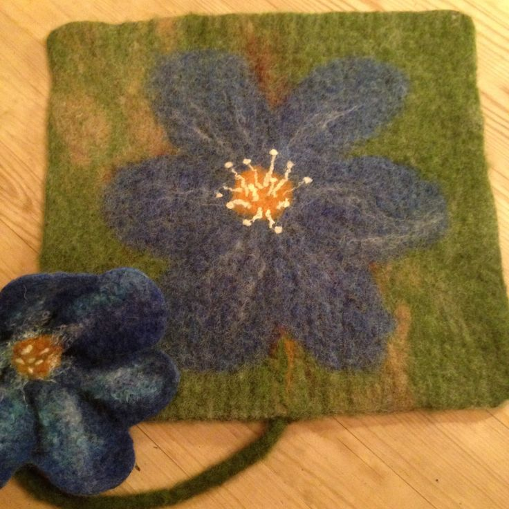 Wet felted pad with Common hepatica Tovet sitteunderlag med blåveis