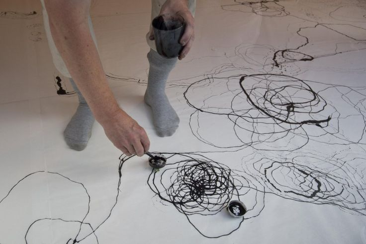 Výtvarník Petr Nikl vystavuje ve Špálově galerii, některé jeho kresby vytvořila mechanická hračka |