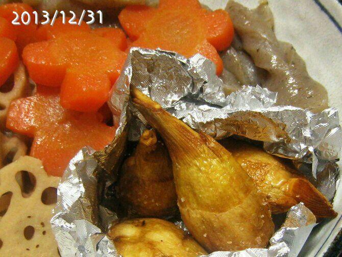 くわいの素揚げに岩塩をゴリゴリ。揚げたてがあまりに美味しくて、危うくおせちの分が残らないところだった。
