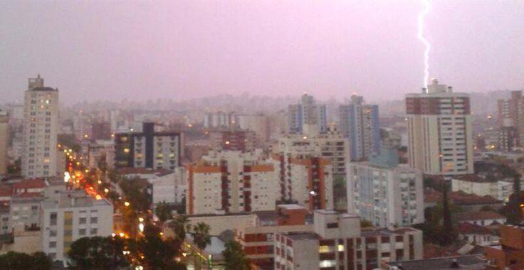 IMAGEM   Raios em Porto Alegre. Foto do Rafael Marafon.