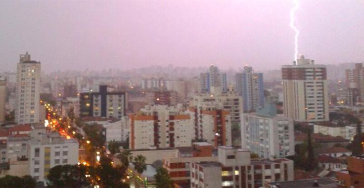 IMAGEM | Raios em Porto Alegre. Foto do Rafael Marafon.