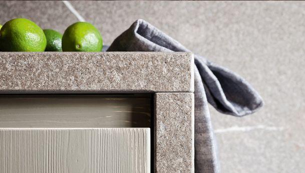 Materiali autentici come legno e pietra nell'isola della #cucina Fly.  Autentich materials: wood and stone in the work island of the Fly #kitchen.