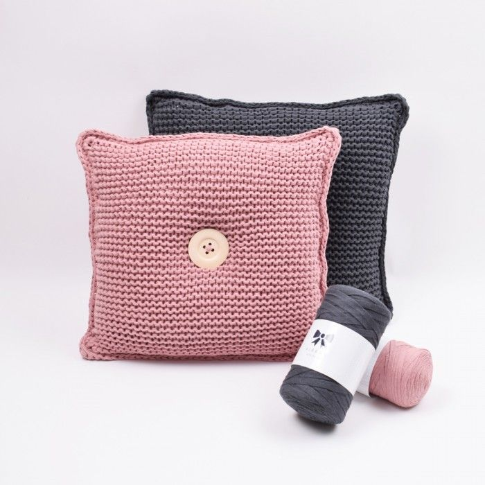 Forny sofaen med disse skønne sofapuder. Strikket i det bløde Hobbii Ribbon, som findes i et væld af skønne farver.