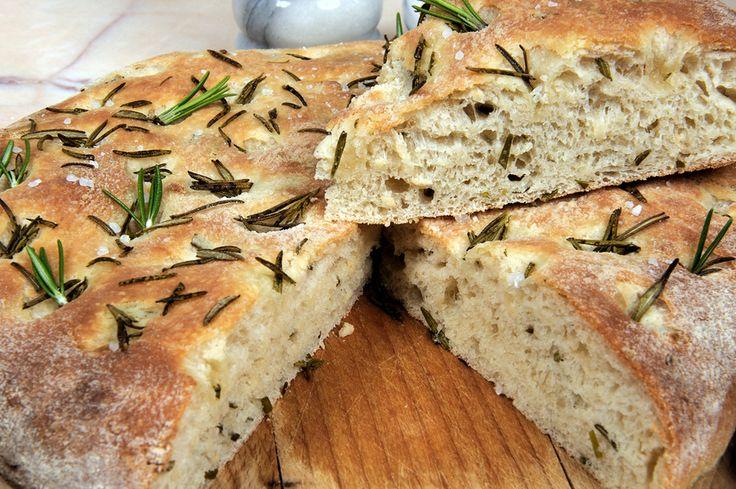 Focaccia - http://nemaftensmad.com/focaccia/ Focaccia brød er et virkelig godt tilbehør til næsten enhver ret der kan blive serveret som aftensmad!