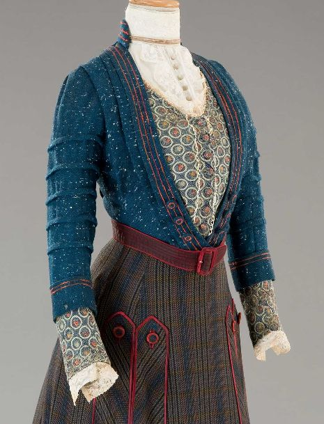 What a marvelous blend of colours at work on this lovely Edwardian outfit!