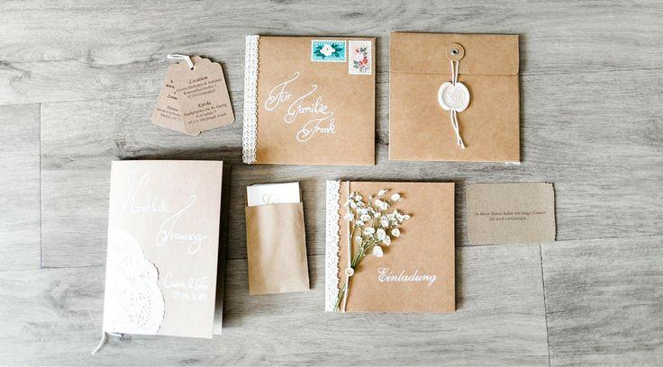 Gestalte aus Kraftpapier, Schleierkraut & weißer Spitze deine individuellen Einladungskarten im Vintage-Stil. Auf Brautrezepte findest du weitere DIY-Ideen!