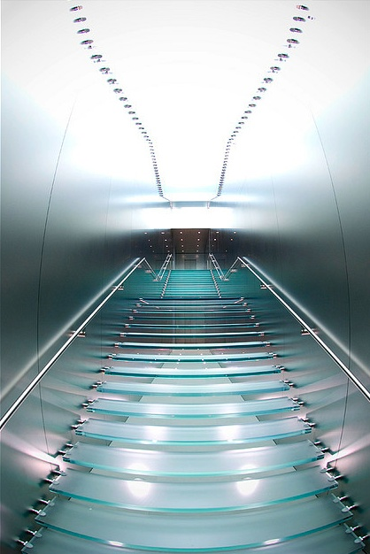 Apple Store :: Sydney. Stairway in metallic walls, clear steps and subtle lighting points _