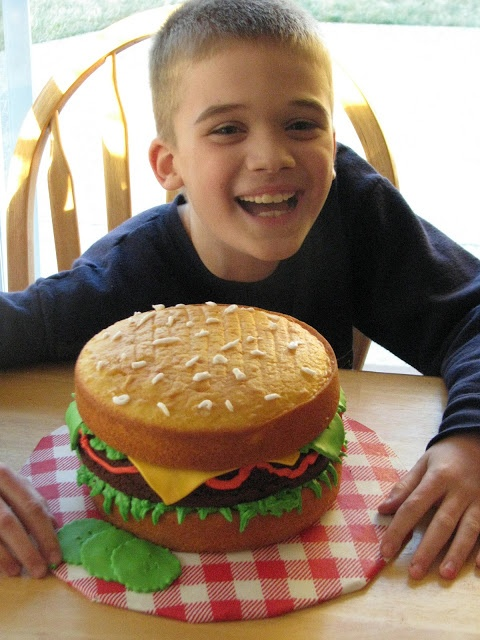 Súper torta de hamburguesa con queso para cumpleaños. #TortasDeCumpleanos