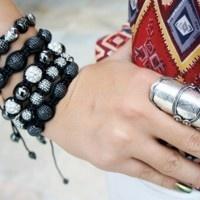 A peça inspirada no terço budista virou acessório de moda e promete fazer sucesso nos braços femininos