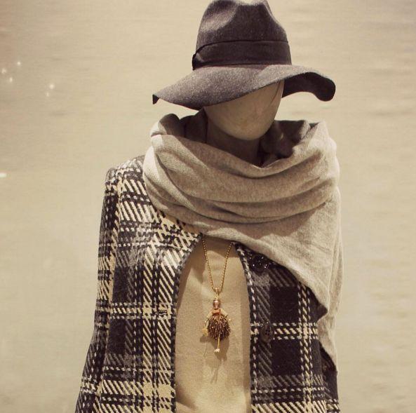 Cappotto Rinascimento con una stoffa in stile scozzese, una grande sciarpa avvolgente e cappello dalle morbide tese larghe. https://business.facebook.com/whitearzignano/ #modadonna #cappello #cappotto #sciarpa #madeinitaly #style #outfit #look #fashion #collana #arzignano #whiteabbigliamento #abbigliamentodonna #shopping