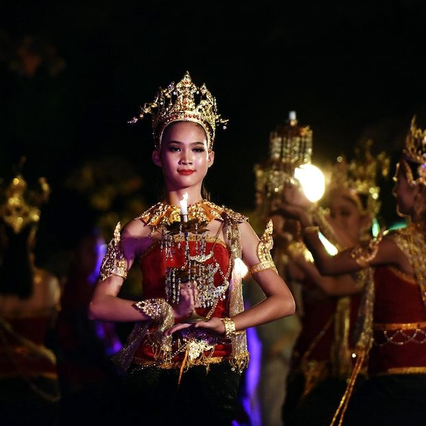 Una ballerina si esibisce in una danza tradizionale, in occasione del 36esimo Festival del Turismo in Thailandia, un evento di cinque giorni (è iniziato ieri) per promuovere la cultura e la tradizione locali