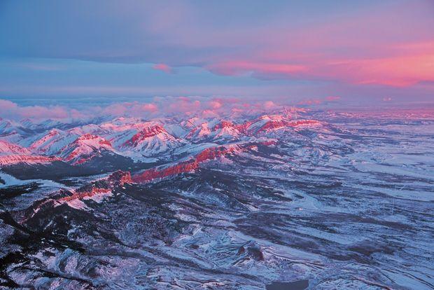 Front Range, Montana  Le jour se lève sur la Front Range, une zone dont le classement en aire protégée est en attente d'examen. Ses montagnes et ses plaines abritent une flore et une faune très riches – dont des grizzlis.