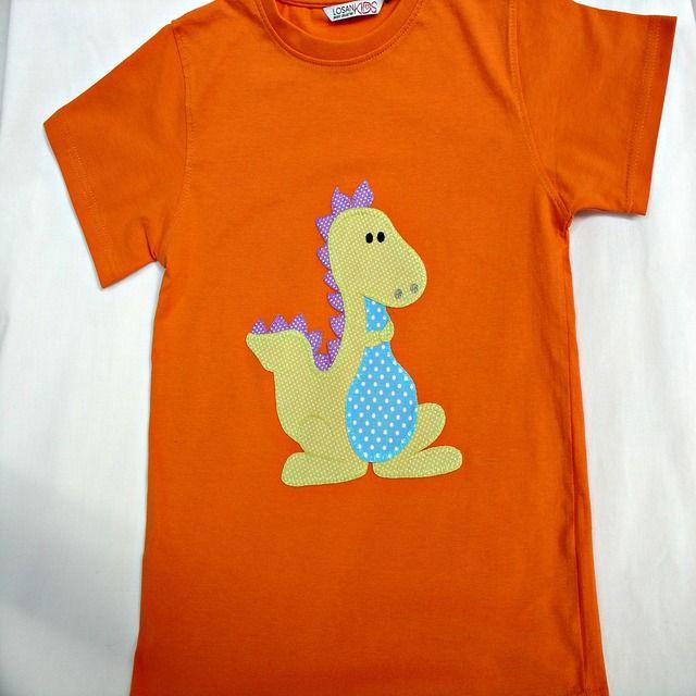 Camiseta con dinosaurio. Camiseta naranja de algodón con un dibujo de un dinosaurio, hecho de aplicaciones patchwork de telas de algodón también, y festoneado a mano con hilos dmc.