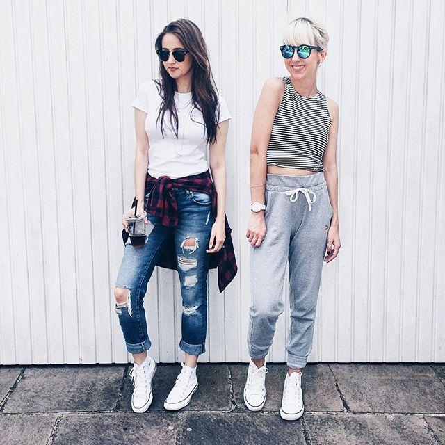 we're loving today's sporty mood! ❤️ destroyed jeans, tee basiquinha e xadrez foram as escolhas de @tatiforneck para um dia corrido. listras, calça de moletom super comfy e all star - que btw apareceu em dose dupla - foi o combo da @anacweber.