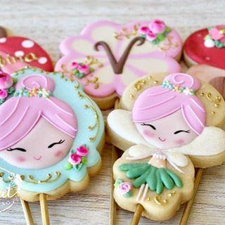 Super cute Fairy garden cookies for Valentina! I'm just in love with them! The designs were inspired by @pieceofpaper_ #fairygarden #cutecookies . O Jardim das fadas da Valentina já está lindo demais!! Fofuras inspiradas no trabalho da @pieceofpaper_ #fada #jardimdasfadas #fairy #dearsweet #dearsweetcookiesco #decoratedcookies #cookiesdecorados #biscoitosdecorados #sugarart #cookieart #royalicing