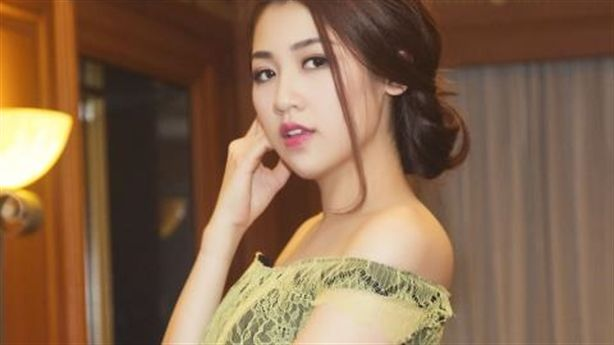 (Người đẹp) - Sở hữu nét xuân thì gợi cảm cùng phong cách thời trang quyến rũ, á hậu Tú Anh nổi bật thật lộng lẫy sau chuyến trở về từ Singapore.