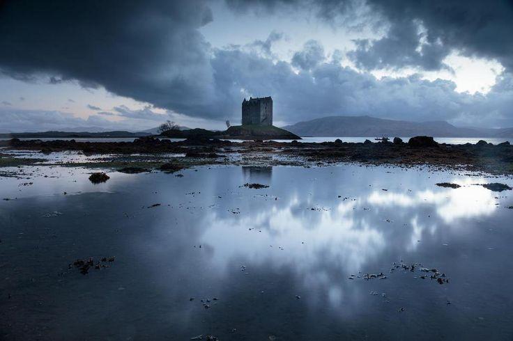 Шотландия, Хайлендс Castle Stalker. Сокольничий замок МакДугаллов. Именно так переводится его название с гэльского. Находится на крошечном островке, куда можно попасть посуху во время отлива. Замок являет собой практически идеально аутентичный средневековый замок, дошедший до наших дней практически в идеальном состоянии. Дата постройки точно неизвестна, чаще называют 1320 год. Замок множество раз менял владельцев, - Магдугаллы, Стюарты, Кемпбелы.  #discoverearth #earthpix #beautifulplanett…