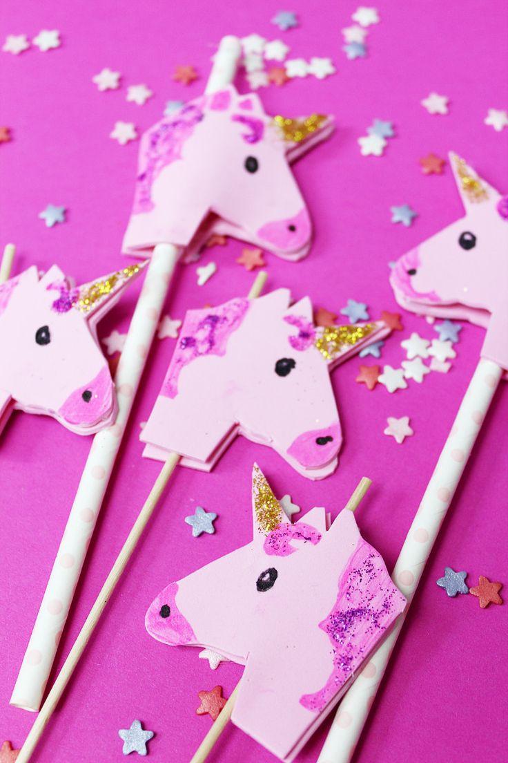 DIY Einhorn Sticks selber machen: Diese selbst gemachten Einhorn Sticks oder Röhrchen sind perfekt für deine nächste Sommerparty! Ob für Limo oder Obst, diese Sticks sehen einfach nur süß aus!