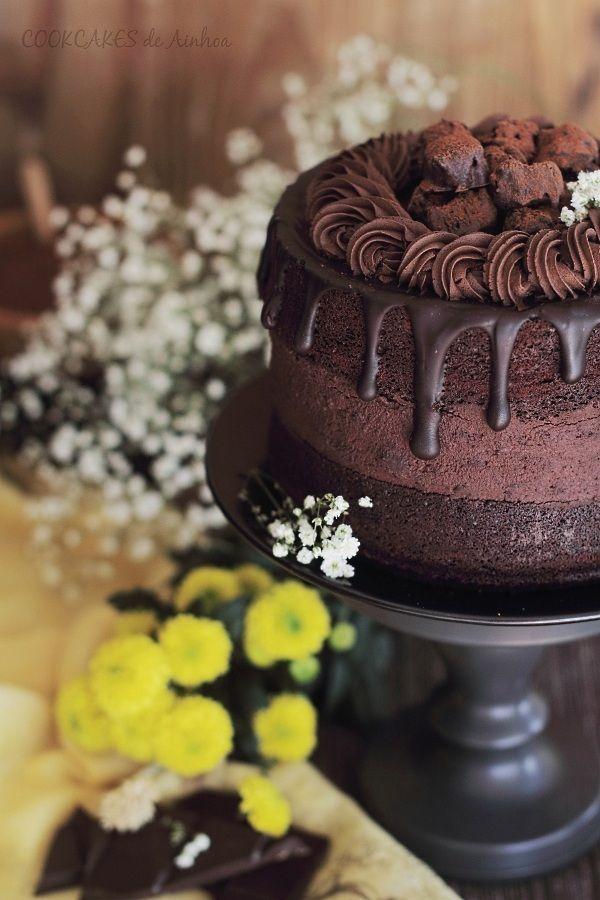 Esponjosa y exquisita trata de chocolate con relleno de cheesecake y cobertura de ganache de chocolate.