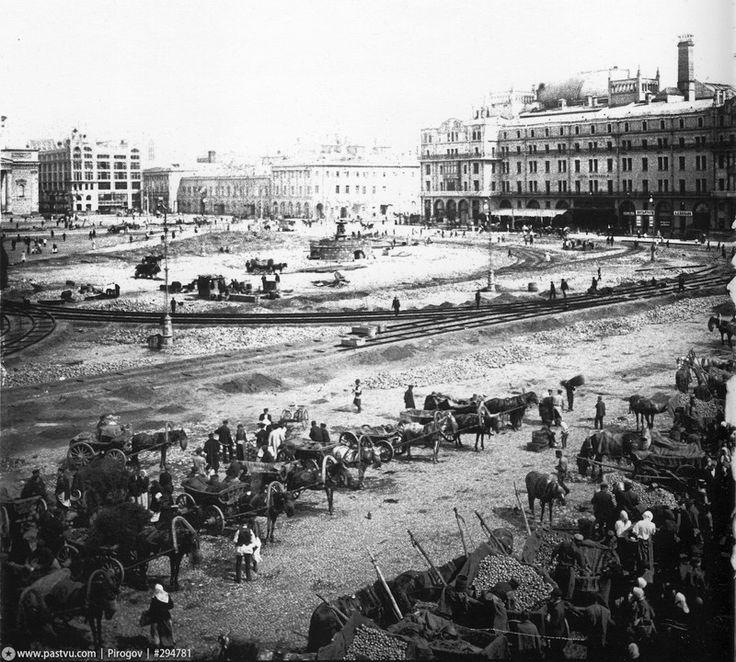А это 1908 год, рабочие прокладывают пути для трамвая. На переднем плане - часть большого овощного рынка, располагавшегося на Воскресенской площади (ныне площадь Революции).