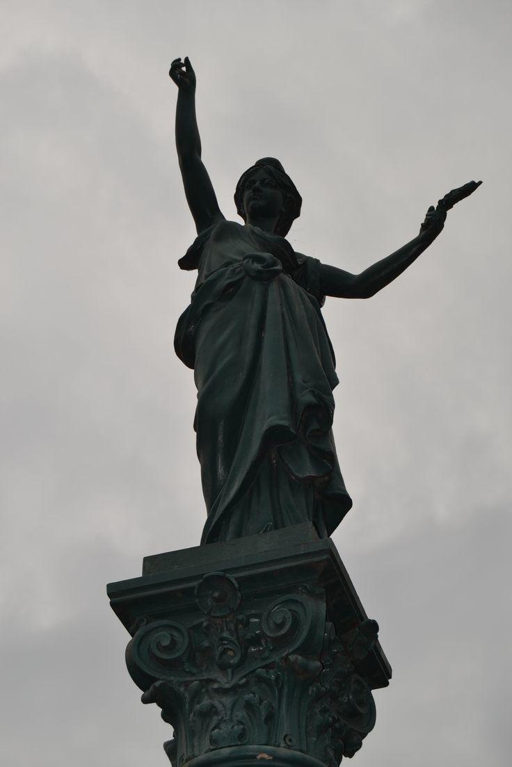 """La Statue de """"La République et la Paix"""" . Suze La Rousse (Drôme)"""