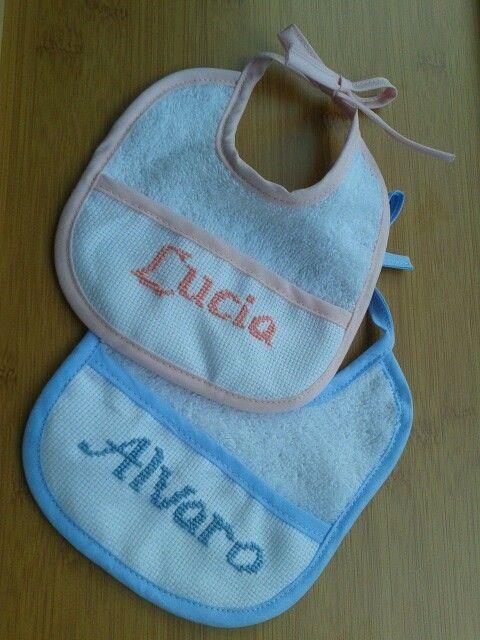 Los genelos Alvaro y Lucia van a quedar guapisimos con sus baberos personalizados! Baberos 100% algodon y bordados a mano.