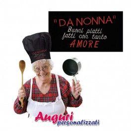 Festeggia la nonna regalandole questo simpatico e divertente cappello da cuoco ricamato. Un gadget  divertente,pieno di affetto e di allegria per festeggiare amorevolmente una nonna dalle grandi qualità, non solo culinarie.