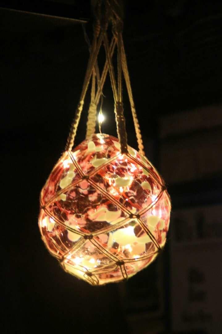 """eigens mundgeblasene Bleikristallkugel, selbst geknüpfte """"Blumenampel"""" und mit Mini-Lichterkette ausgestattet"""
