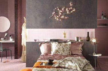 Cette peinture à effet métallique s'accorde bien avec les différentes nuances de rose poudré et de vieux rose dans cette chambre romantique. Pour éviter de surcharger la déco, réservez la peinture texturée à un seul pan de mur, de préférence votre tête de lit.