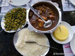 Frango ao molho pardo, arroz, quiabo e angu - Belo Horizonte – Restaurante Maria das Tranças | Nerds Viajantes