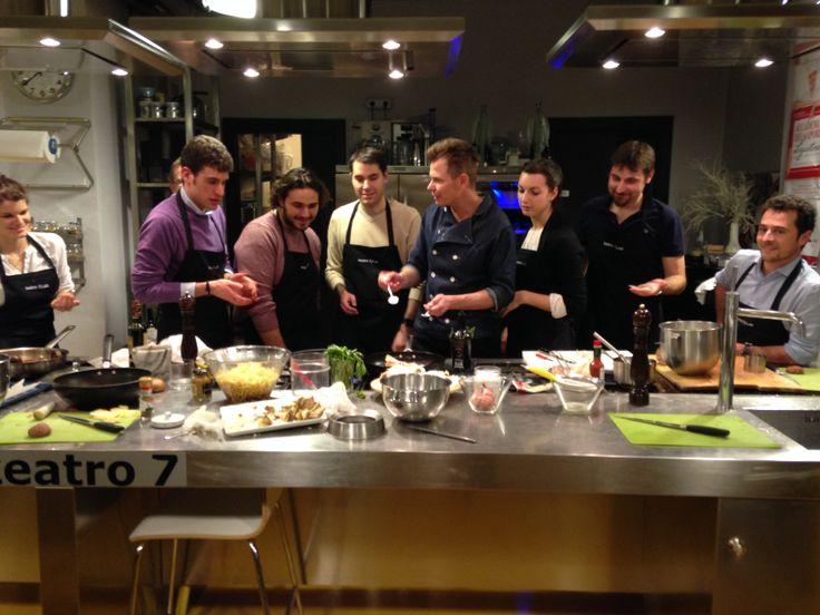 La cooking class ha inizio...i partecipanti aiutano i simpaticissimi chef a realizzare delle gustosissime ricette