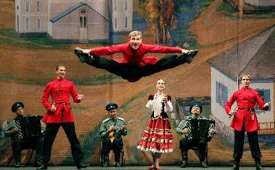 """BAILE RUSO  El Baile Ruso es la mejor muestra de la cultura a la que puede aspirar un pueblo, sobre todo un pueblo como el ruso que viviendo entre la nieve, osos y stalins aún le quedan ganas de bailar de una forma tan soberbia que es la envidia de cualquier """"artista conceptual"""" posmoderno. A pesar de no ser únicamente de los rusos, sino de polacos, bielorrusos, kazajistanies, etc. etc. si fueron los primeros los que lo pusieron de moda fuera de las fronteras, desde el camarrada Dostoyevski…"""