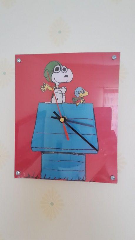 Maken och jag har gjort en väggklocka. Bild på Snobben och Woodstock från webben, eget plexiglas och urverk samt visare från Panduro. Wall clock