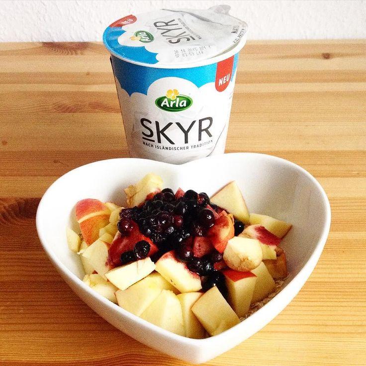 Ich hab jetzt auch mal den SKYR Joghurt von Arla getestet  Von den Werten her echt top  Geschmacklich wie Natur Joghurt nur fester  Aber preislich für mich persönlich zu teuer  Trotzdem hatte ich ein leckeres Frühstück  Zum #skyr Joghurt von #Arla gab es 35g Haferflocken 1 Apfel und ein paar Heidelbeeren  #food #fit #fitfam #breakfast #eatclean #cleaneating #healthy #healthyfood #sizezero #sizezeroarmy #sizezeroarmy #trainer #motivation #gym #gains #girlswholift #nutrition #lowcarb…