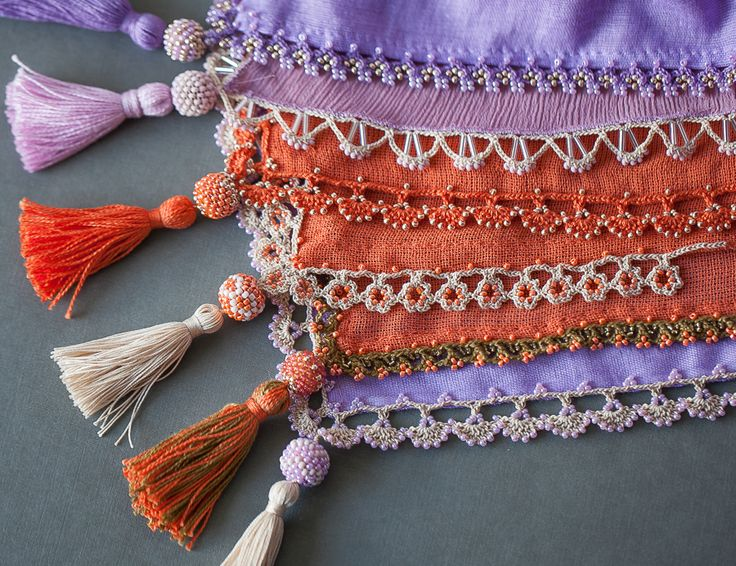 Примеры техники ойя для отделки платков.