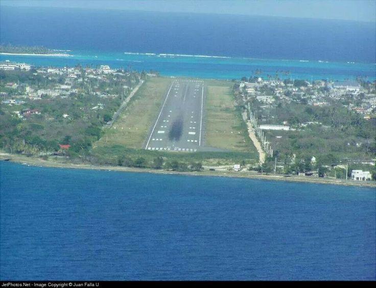 Impresionante pista de aterrizaje en el Aeropuerto de la isla de San Andrés Colombia :O Awsome !!! #HosteríaMarySol #SanAndresIsland