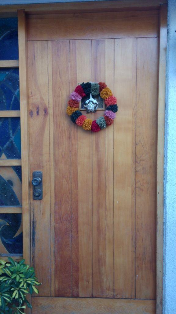 Corona Navideña de pompones, hecha por mi.