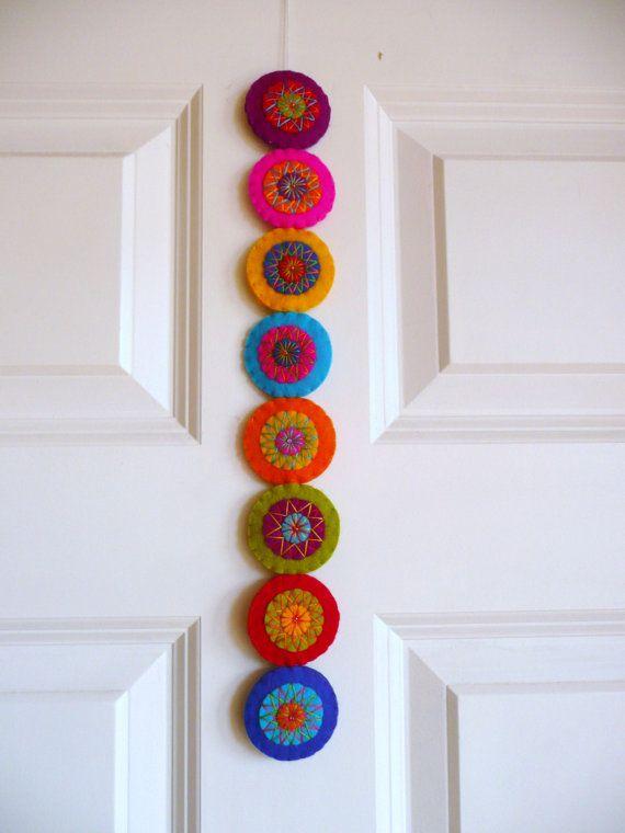 Kleurrijke vilten guirlande L van HetBovenhuis op Etsy, $34.99