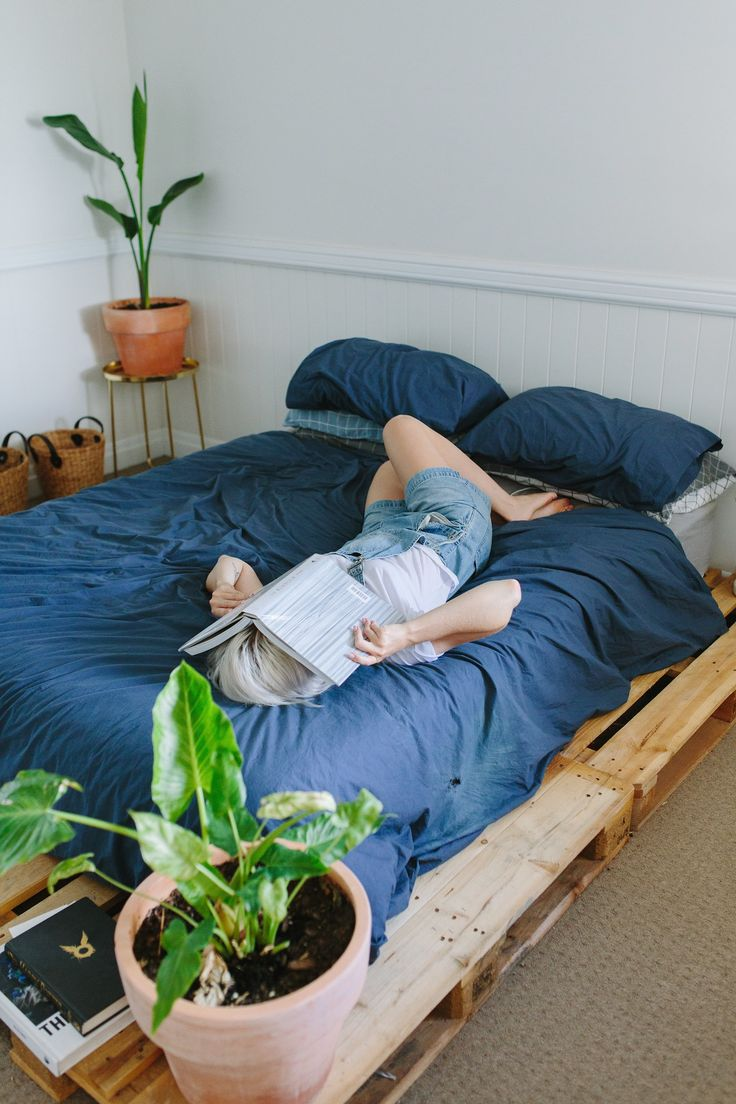 DIY Pallet Bed http://apairandasparediy.com/2017/03/diy-pallet-bed/
