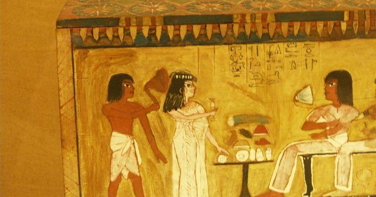 Vestimenta usada en el Antiguo Egipto. Los antiguos egipcios vivían en un clima desértico donde los veranos podían ser brutales y los inviernos eran, en el peor de los casos, apacibles. Este entorno vital, mezclado con los recursos naturales disponibles para la producción de prendas de vestir, define los tipos de prendas que los antiguos egipcios usaban. Mientras que los egipcios de ...