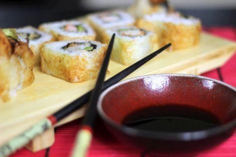 Smażona Tempura Maki z Krewetką - Przepyszne japońskie danie. Krewetki smażone w tempurze, a następnie będące nadzieniem sushi maki. Przepis, wykorzystane składniki oraz sposób przygotowania znajdziesz na stronie. Nie zapomnij skomentować:)