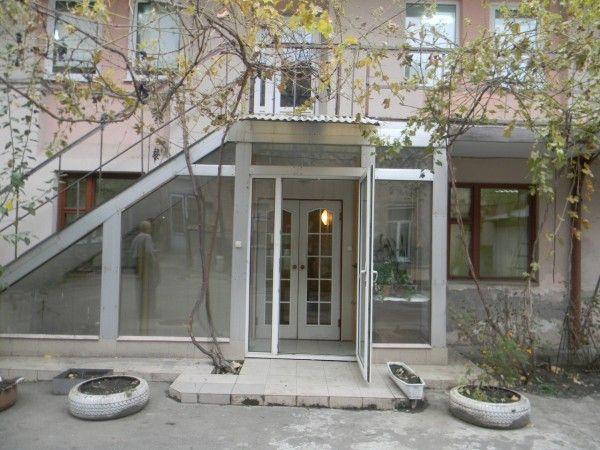 Аренда офиса по Преображенская 60 Сдается два кабинета (18 + 13 м.кв.) в самом центре. Вход общий с одной фирмой. Частичная оплата коммунальных. Охраняемый двор.