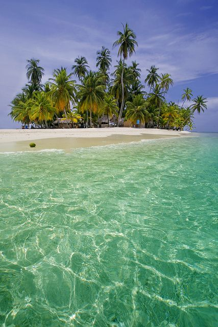 This is paradise!  The beautiful islands of San Blas, Panama.  Definitely my favorite place to go to. If you have the chance to take a vaca anywhere, Panama is the place to go!
