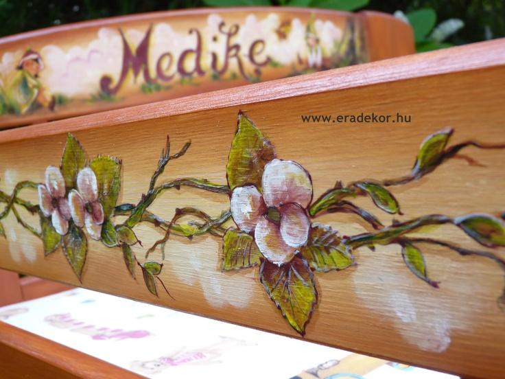Leesésgátló - Medike névreszóló tömörfenyő festett hosszabbítható gyerekágy ágyneműtartóval, leesésgátlóval. Fotó azonosító: AGYMED02