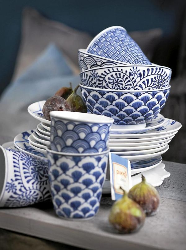 ~Blue and white, a classic combinaiton for various cultures. Japanese china. via Gaijin Crafter Banc et bleu