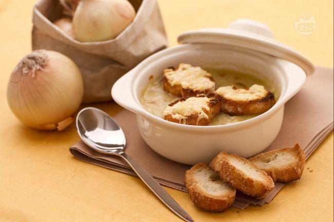 """La zuppa di cipolle è un piatto tradizionale di molti paesi, quella più rinomata è senz'altro quella francese, la parigina """"Soupe Gratinée à l'Oignon""""."""