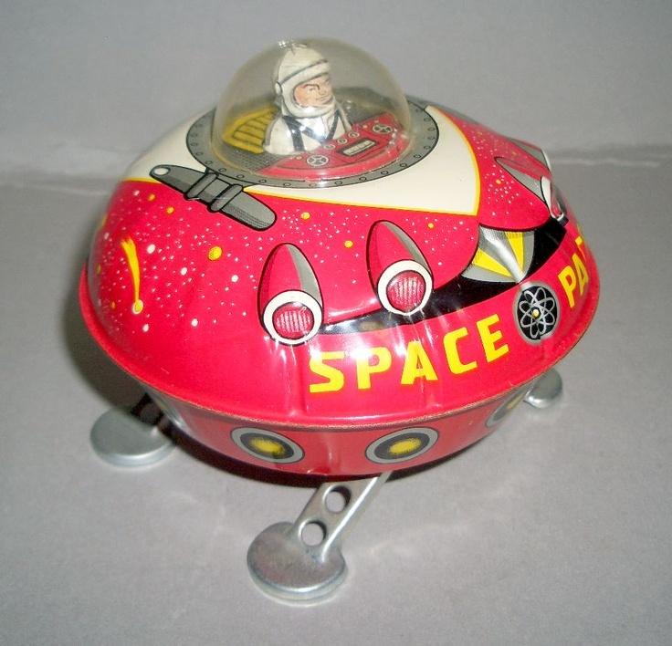 Vintage tin litho toy Space Ship. Provare a pensare come farne di simili con le lattine delle bevande o qualcos'altro...